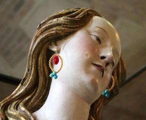 Santa María Magdalena, S. XVI, Gregor Erhart con pendientes bisutería dorada, vidrio y turquesa.